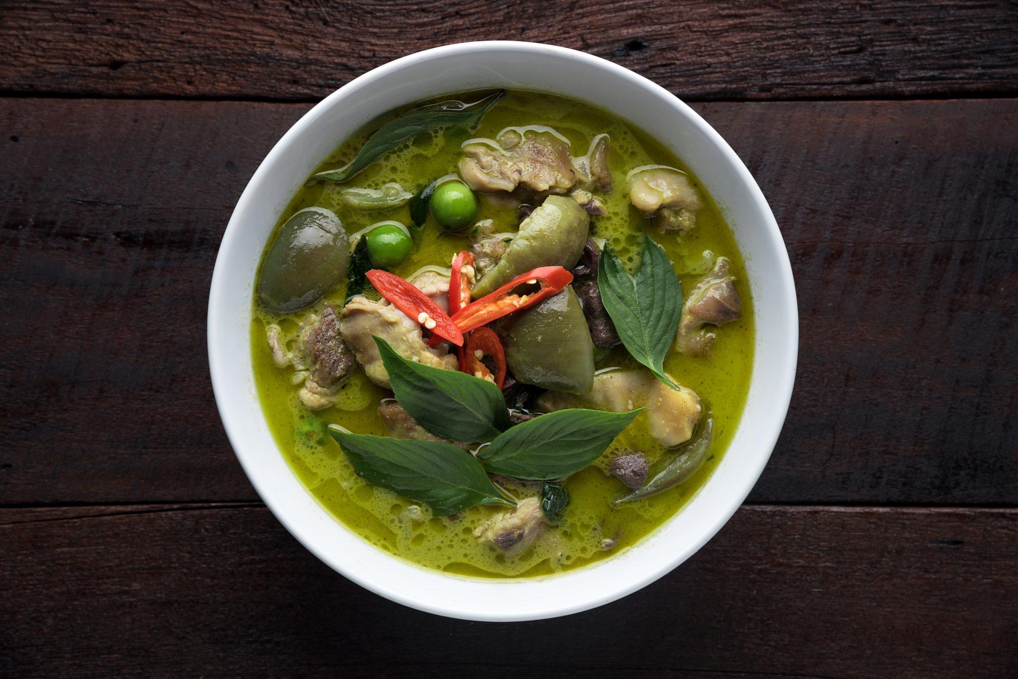 Recette poulet au curry vert et aubergines tha chef jevto bond - Cuisine thai poulet curry vert ...