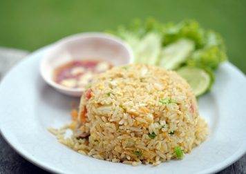 Curry rouge crevettes, riz frit et Laap Phet