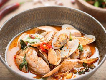 Palourdes à la pâte chili, ail frit et basilic Thaï